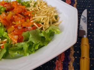SaladaAlfacecomBatataPalha 300x225 Salada de Alface com Batata Palha